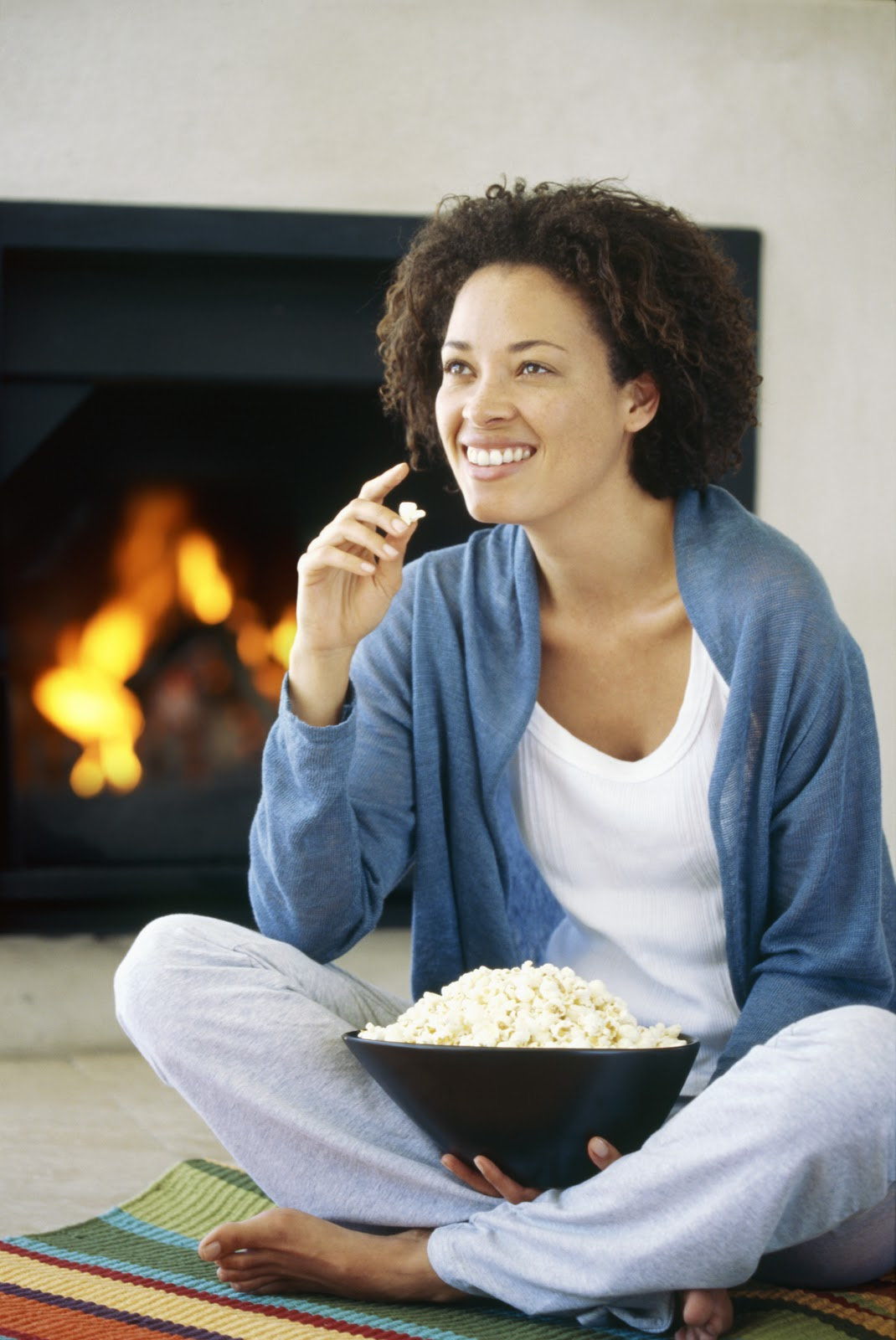 woman_snacking_on_popcorn